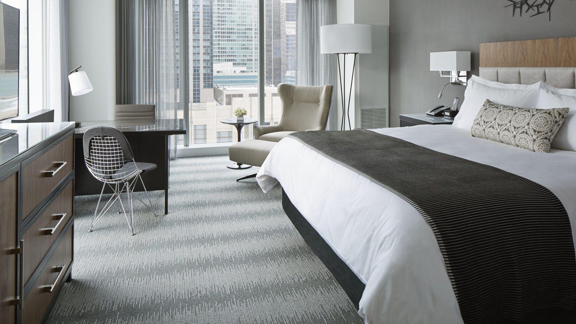 Habitación king elegante con vista esquinera | Loews Chicago Hotel