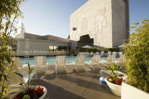 Terraza en la piscina | Loews Hollywood Hotel