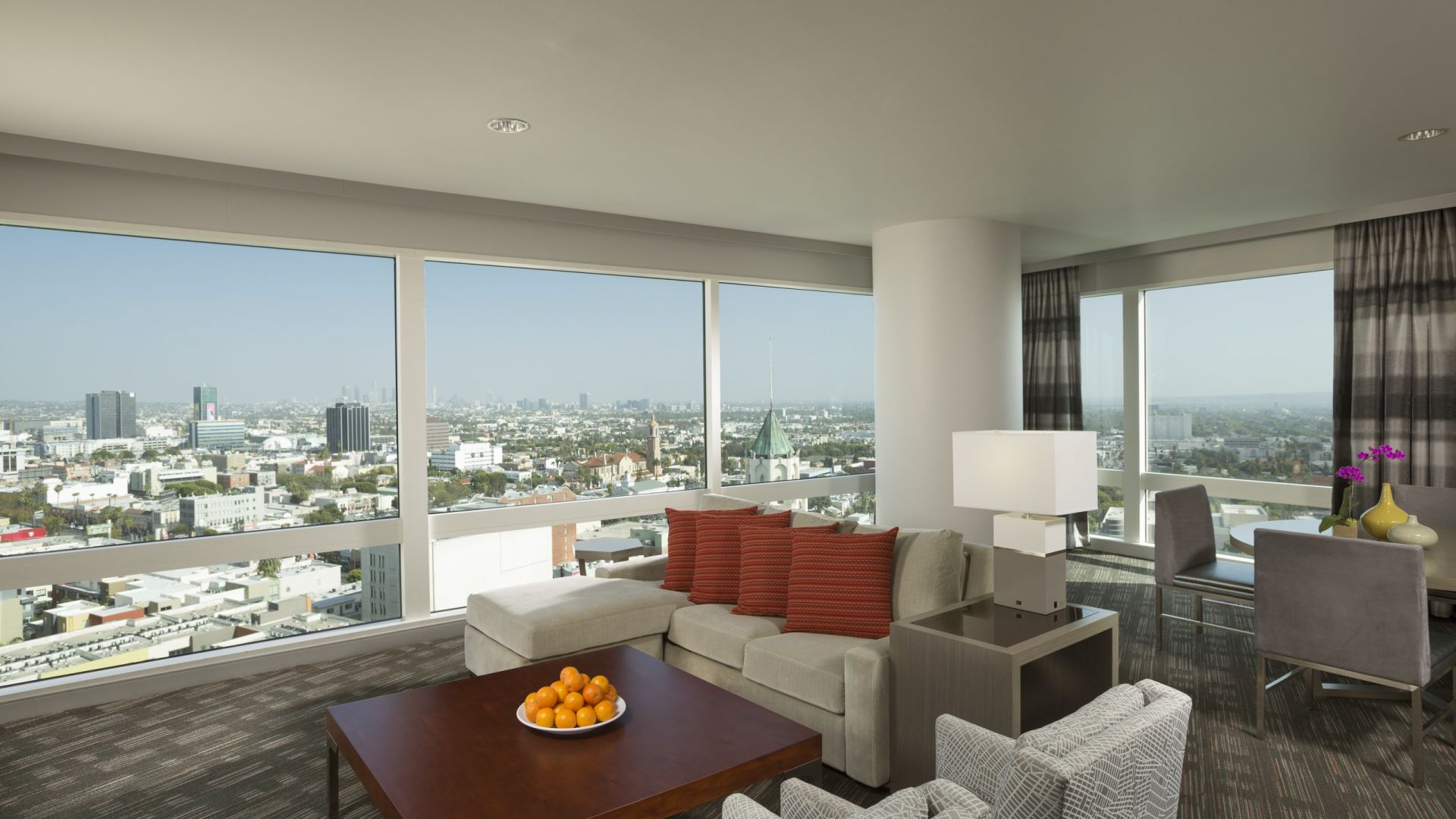 Sala de estar de la suite Highland | Loews Hollywood Hotel