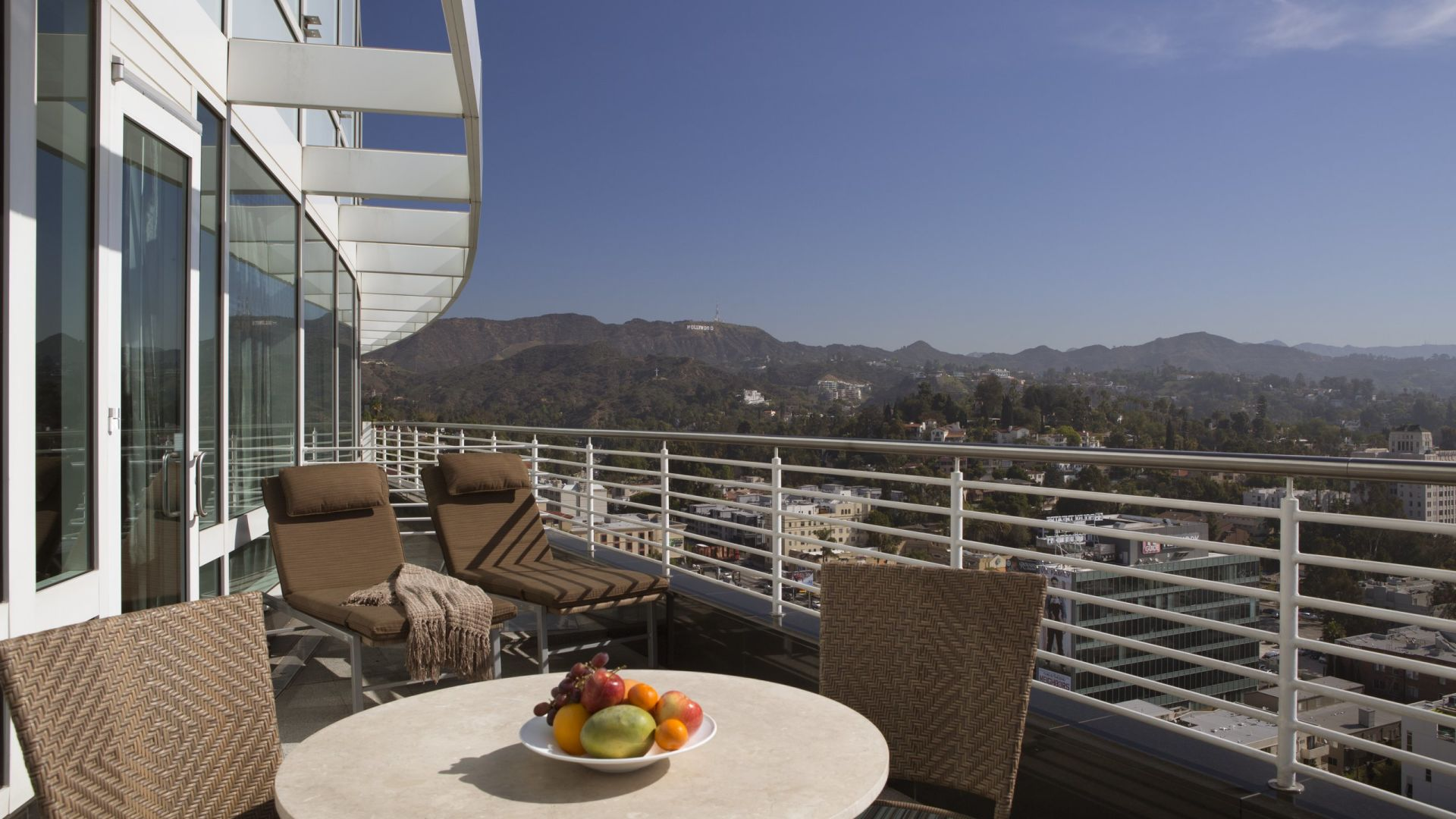 Producer's Suite | Cena al aire libre en el patio | Loews Hollywood Hotel