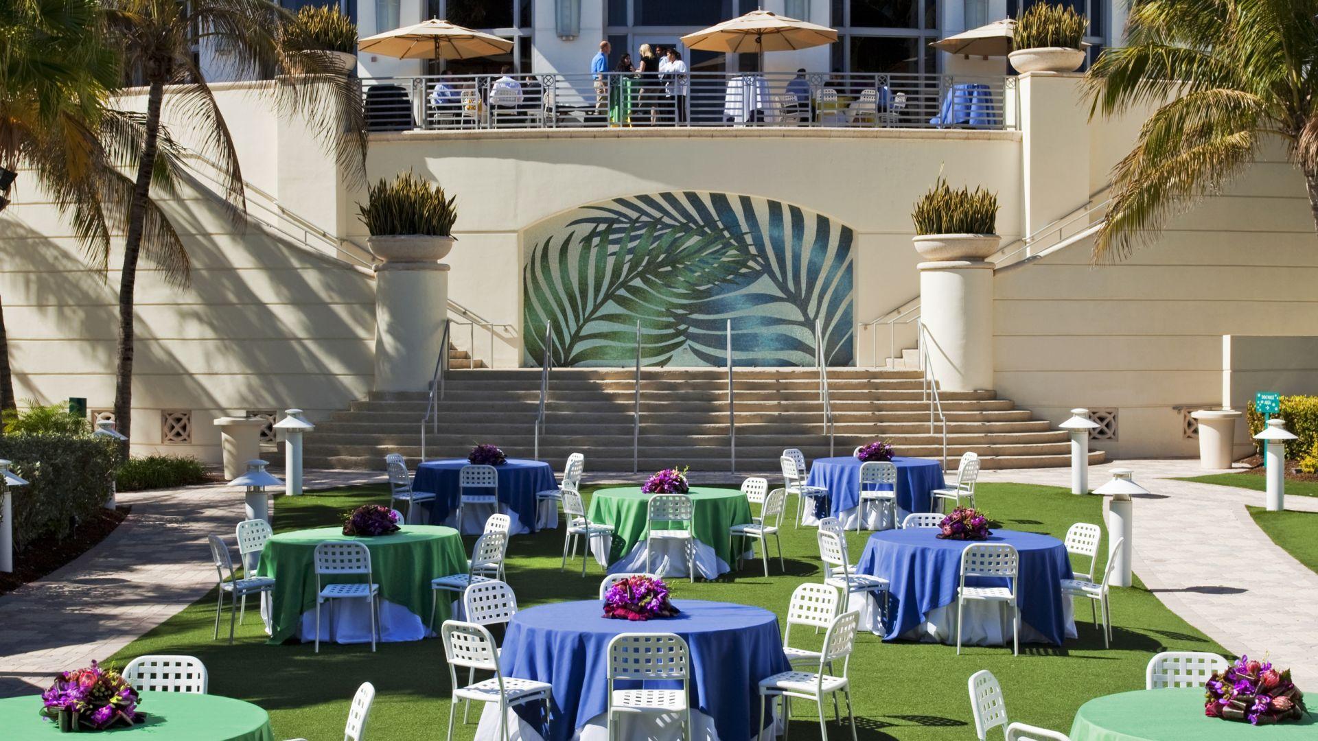Tische auf dem Americana Lawn   Events in Miami   Loews Miami Beach Hotel