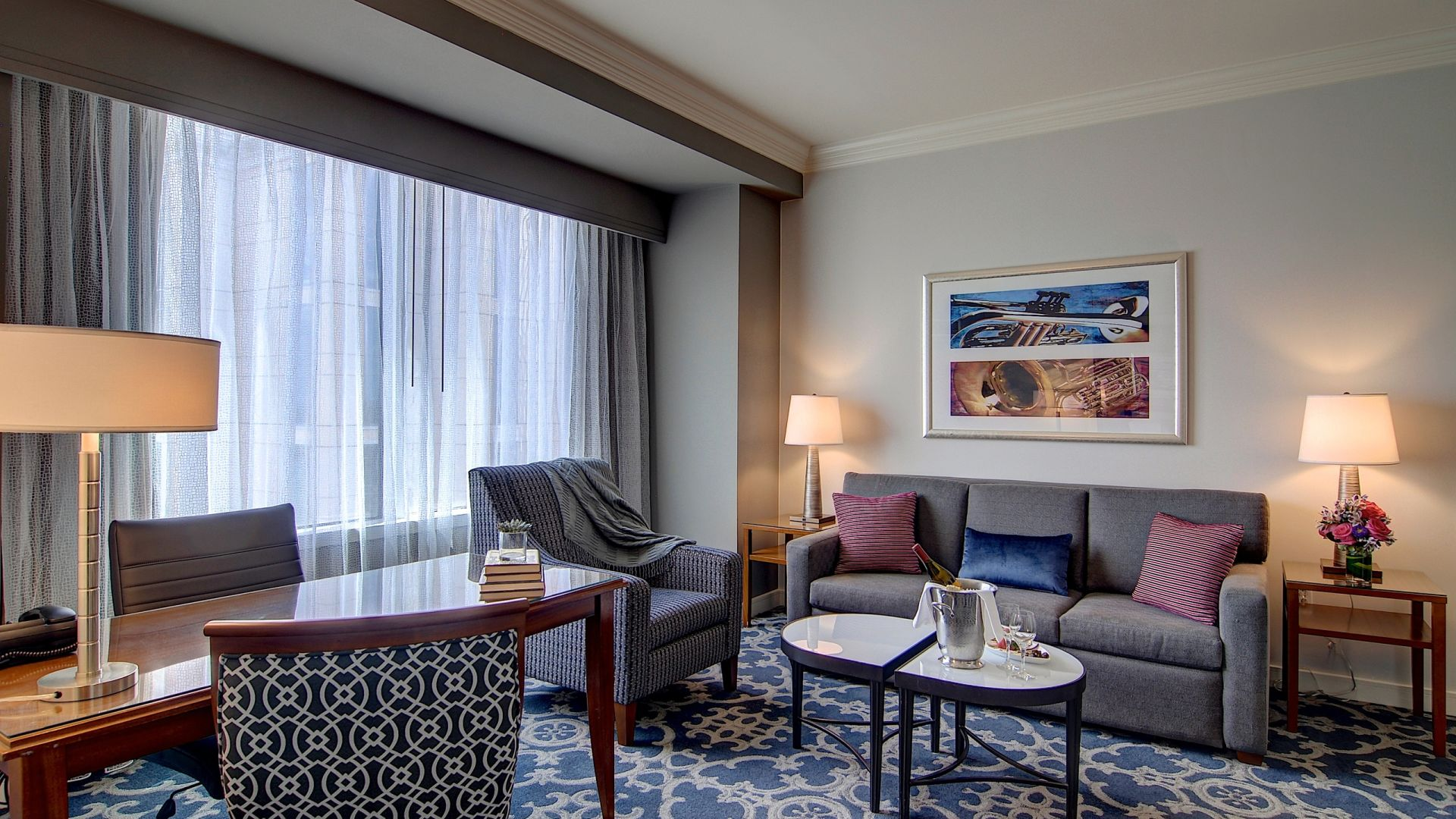 Sala de la suite King elegante | Loews New Orleans Hotel