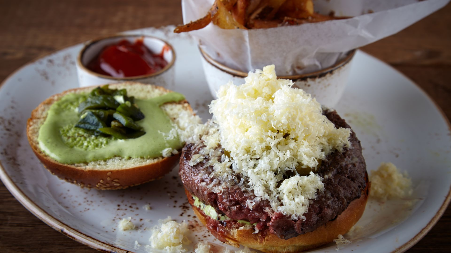 Hamburguesa de carne curada en Bank & Bourbon | Loews Philadelphia Hotel