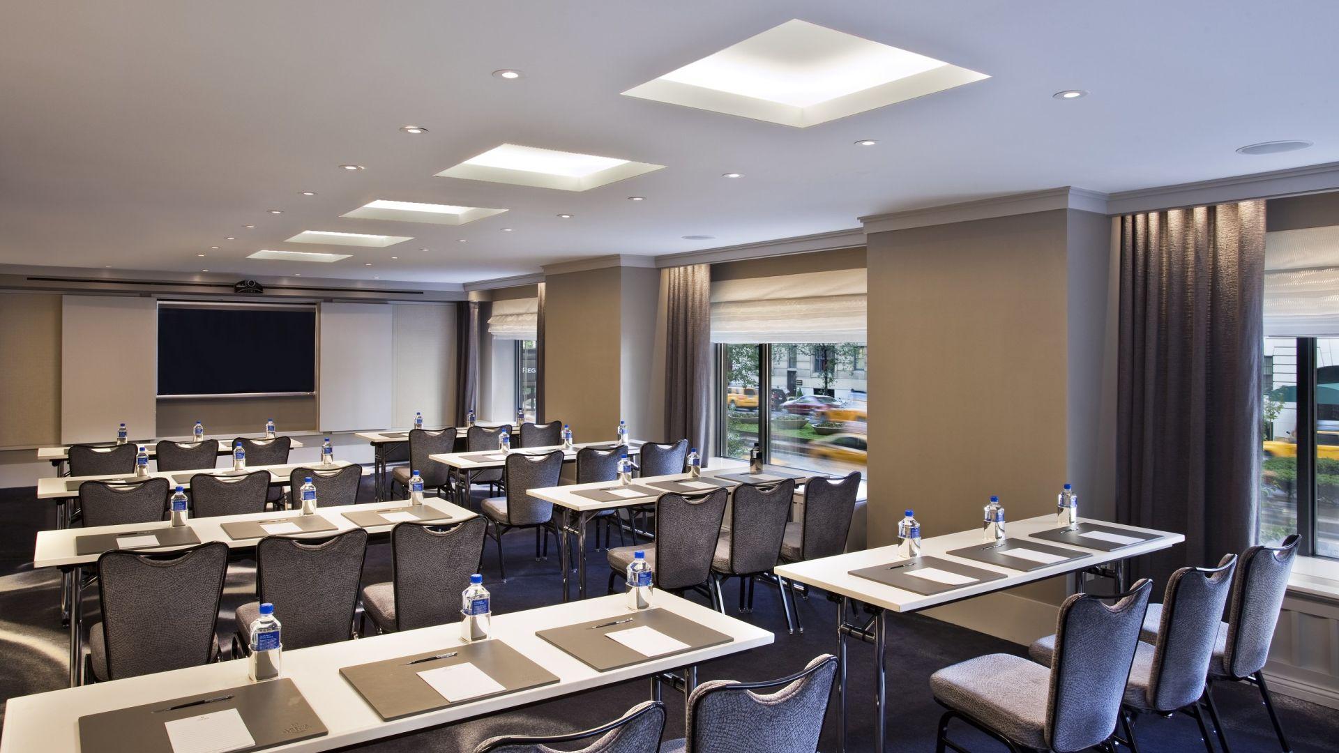 Préparation d'une classe dans la salle de réunion Great Lawn | Loews Regency New York Hotel
