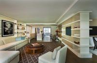 Área de estar de la exclusiva suiteUptown Bohemian | Loews Regency New York Hotel
