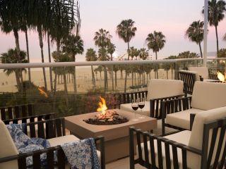 Una mesa de comedor frente a una palmera