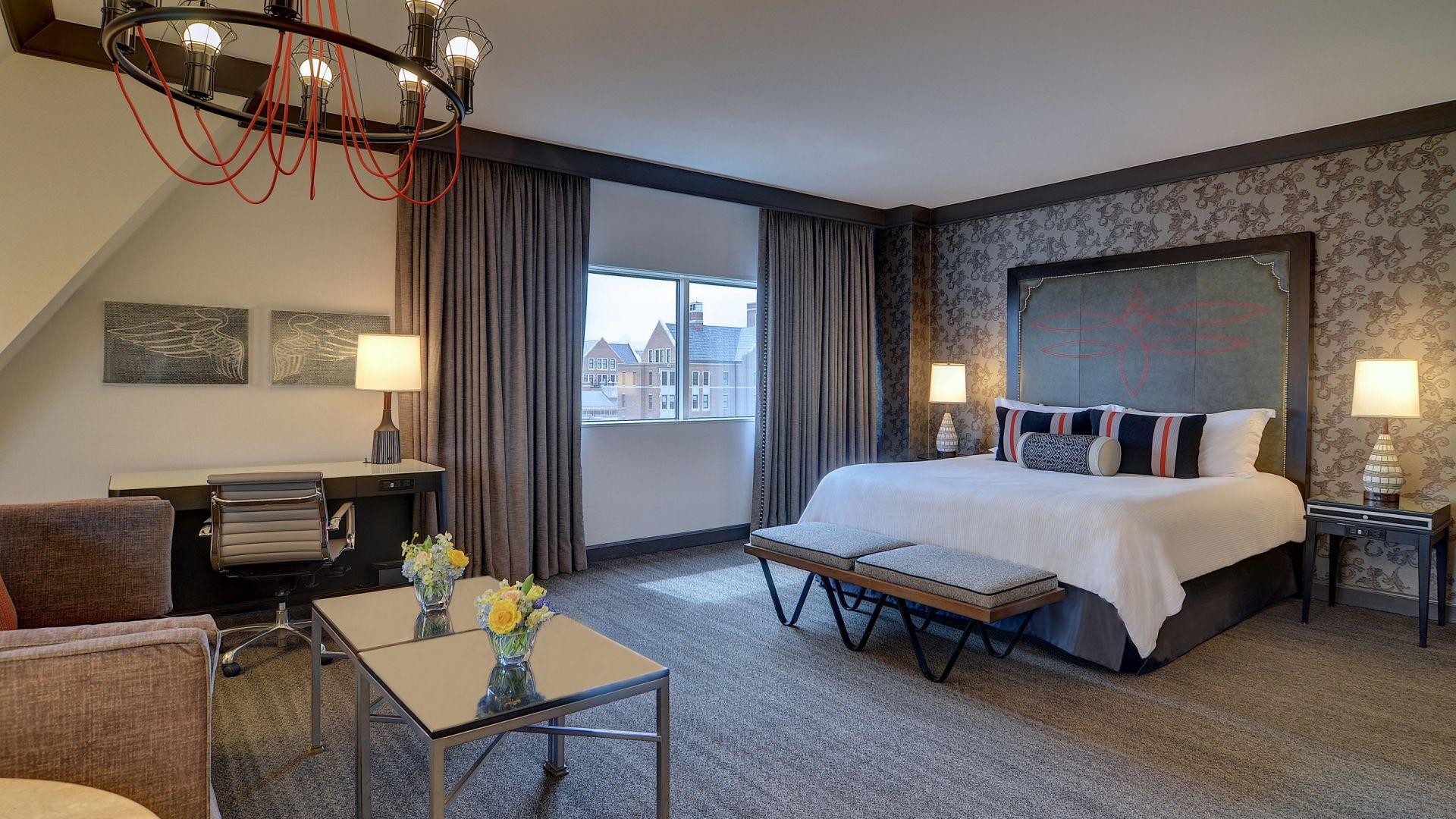 Una sala de estar con muchos muebles y una cama en una habitación