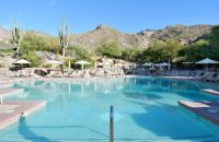 Una piscina junto a un cuerpo de agua