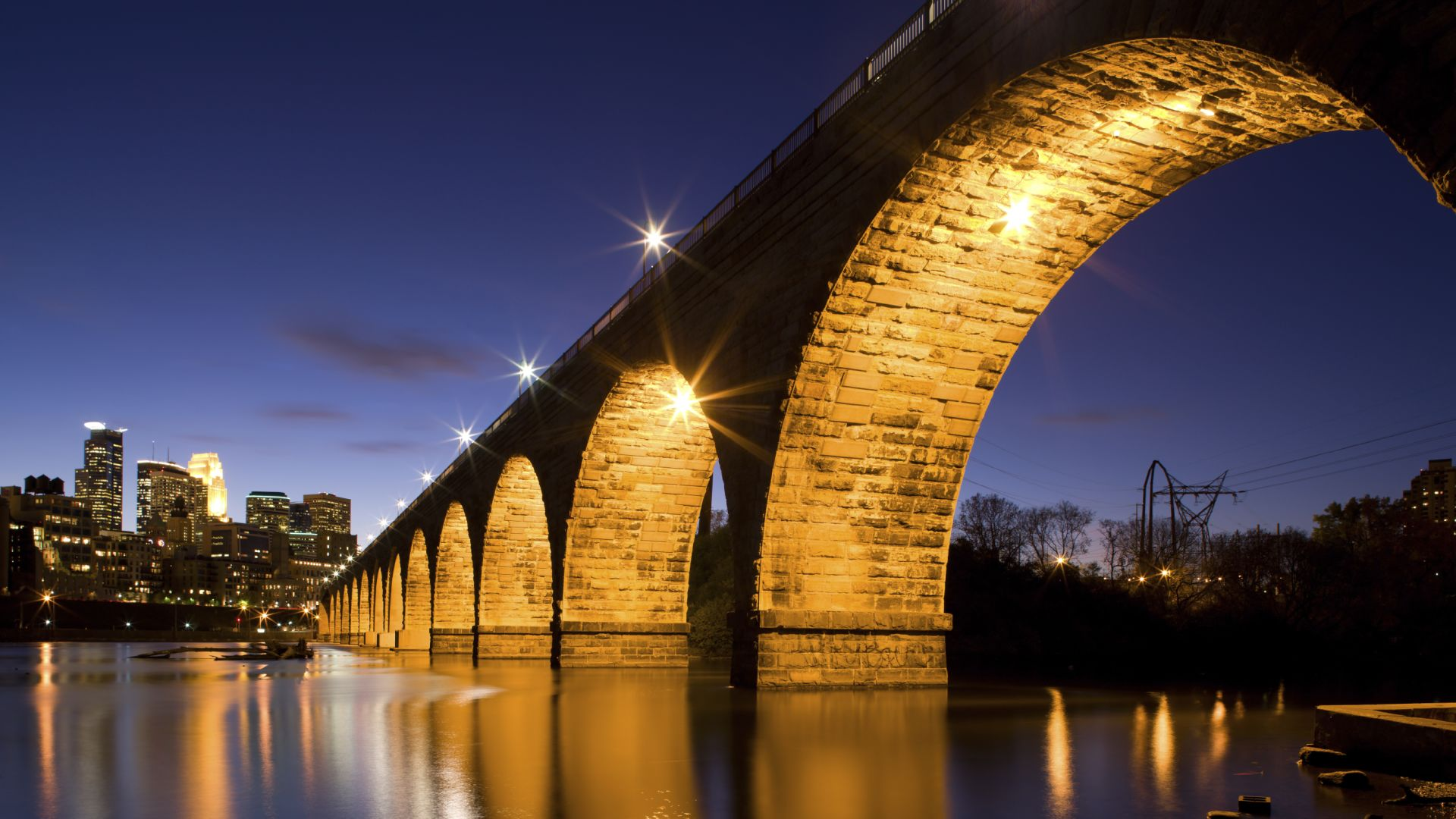 Minneapolis' famous stone arch bridge and Mississippi river