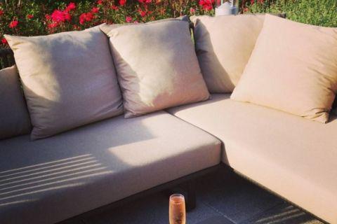 Un sofá en una sala de estar