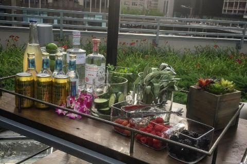 Un grupo de botellas de vidrio sobre una mesa