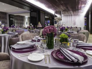 Uma mesa de jantar com taças de vinho