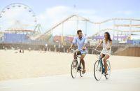 Un hombre y una mujerandando en bicicleta