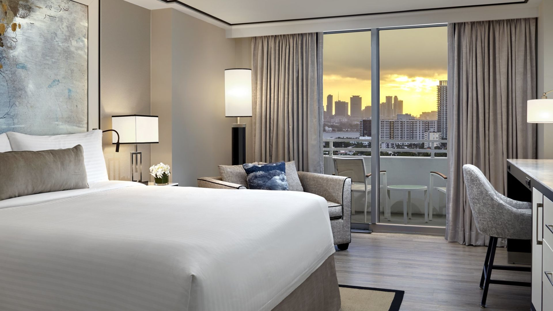 King-Bett und Skyline-Blick | Loews Miami Beach Hotel