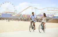 Una persona andando en la parte de atrás de una bicicleta