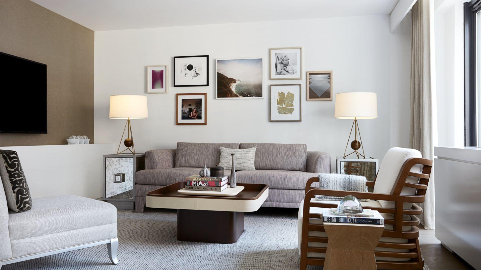 Uma sala de estar com móveis e uma mesa