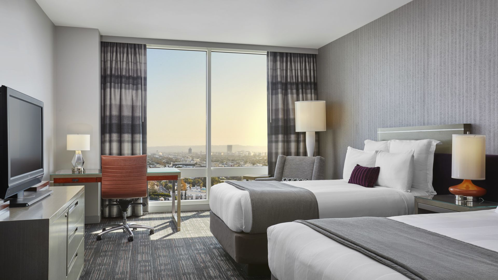 Cama doble y vista al horizonte | Loews Hollywood Hotel