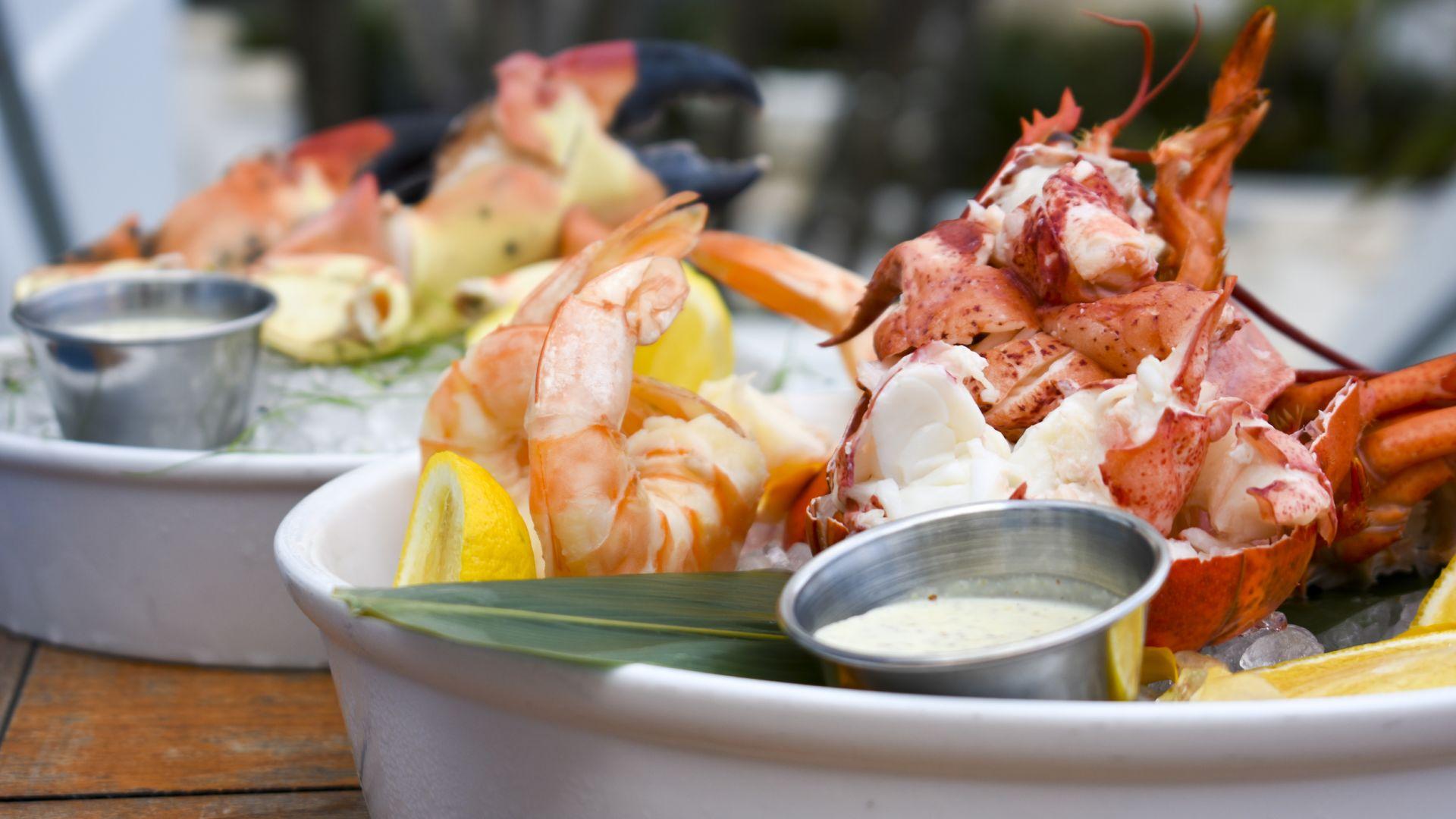 | Cheers to the Sea | ¡Disfrute de una abundante torre de mariscos y de la oferta de champaña por tiempo limitado! |