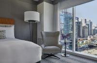 Una habitación de hotel con un enorme ventanal