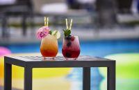 bebidas en una mesa frente a la piscina