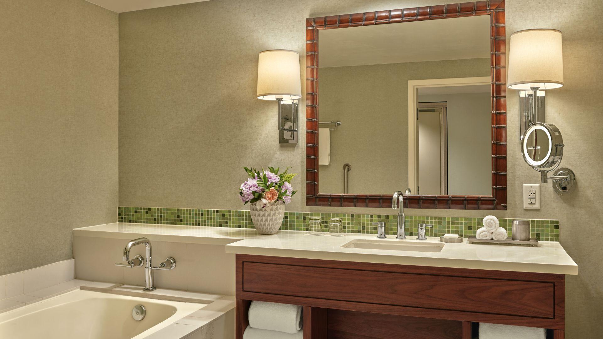 Baño de huéspedes con lavabo y bañera