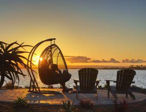 Ocaso sobre la bahía con sillones