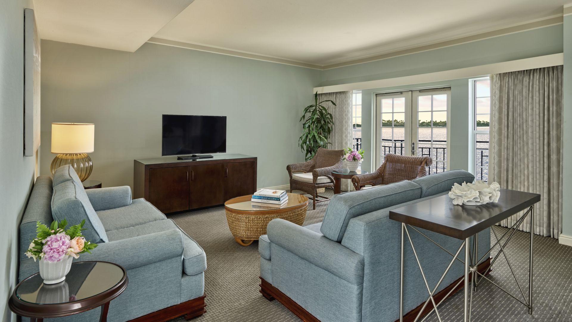 Suite con sala de estar y vista a la bahía