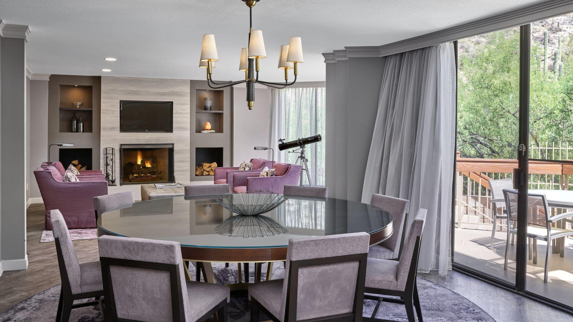 Comedor y sala de estar de la suite Waterfall con vistas