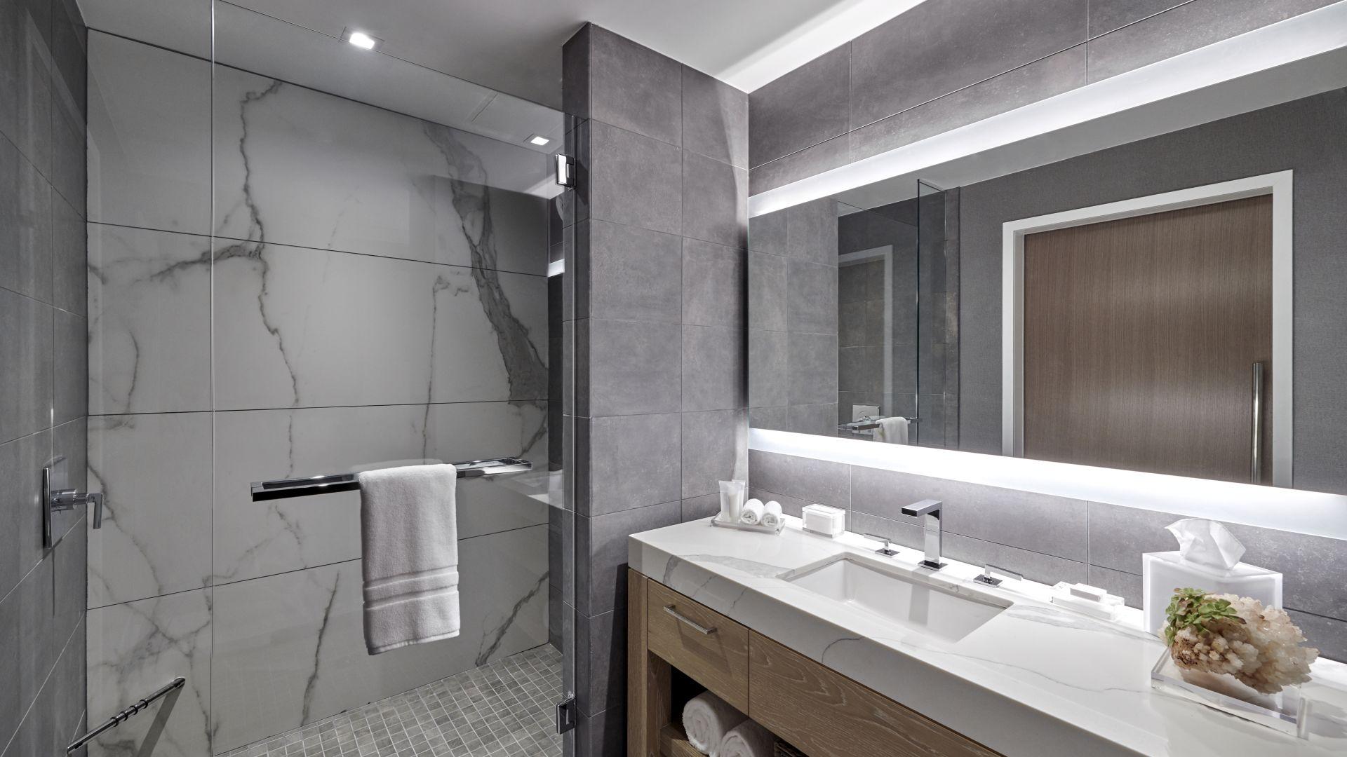 Baño de suite king con ducha separada - habitación modelo
