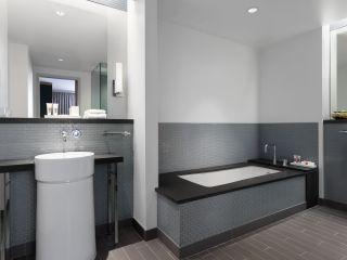 Una habitación con un lavabo y un espejo