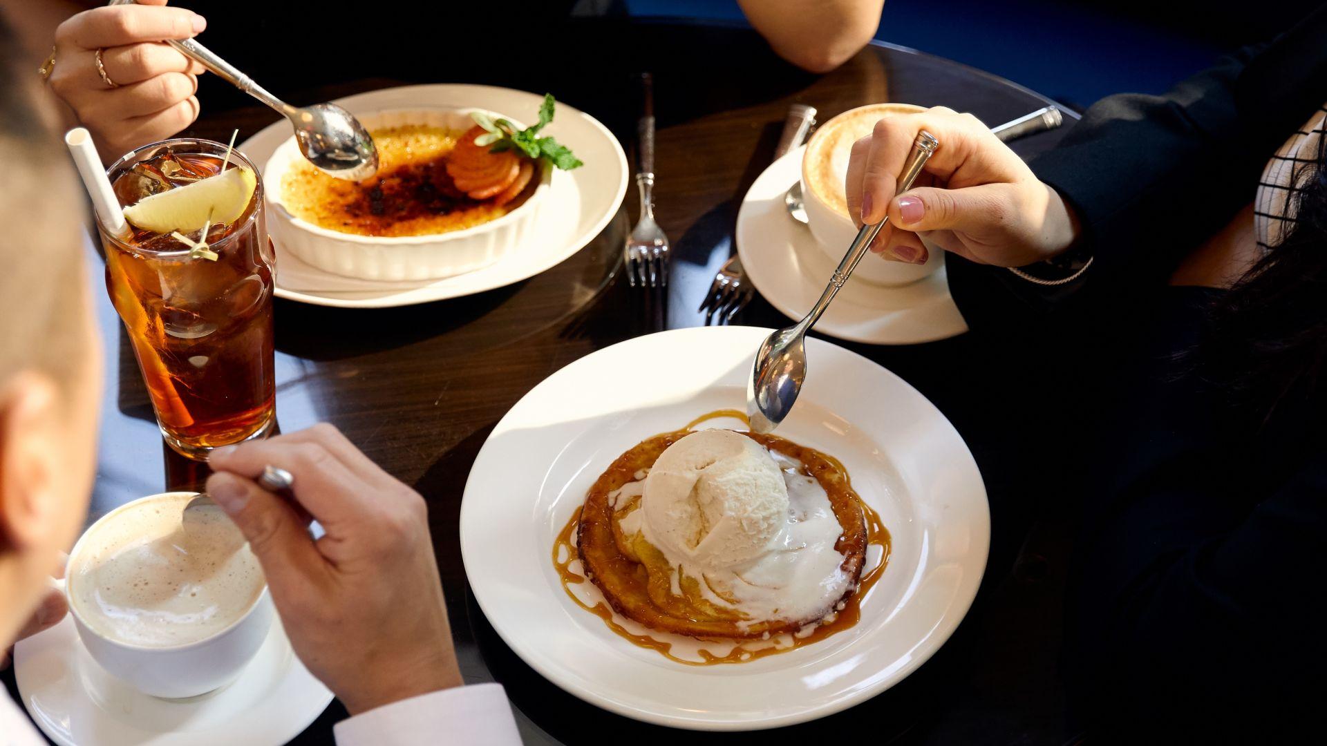 Una mujer sentada a una mesa con un plato de comida