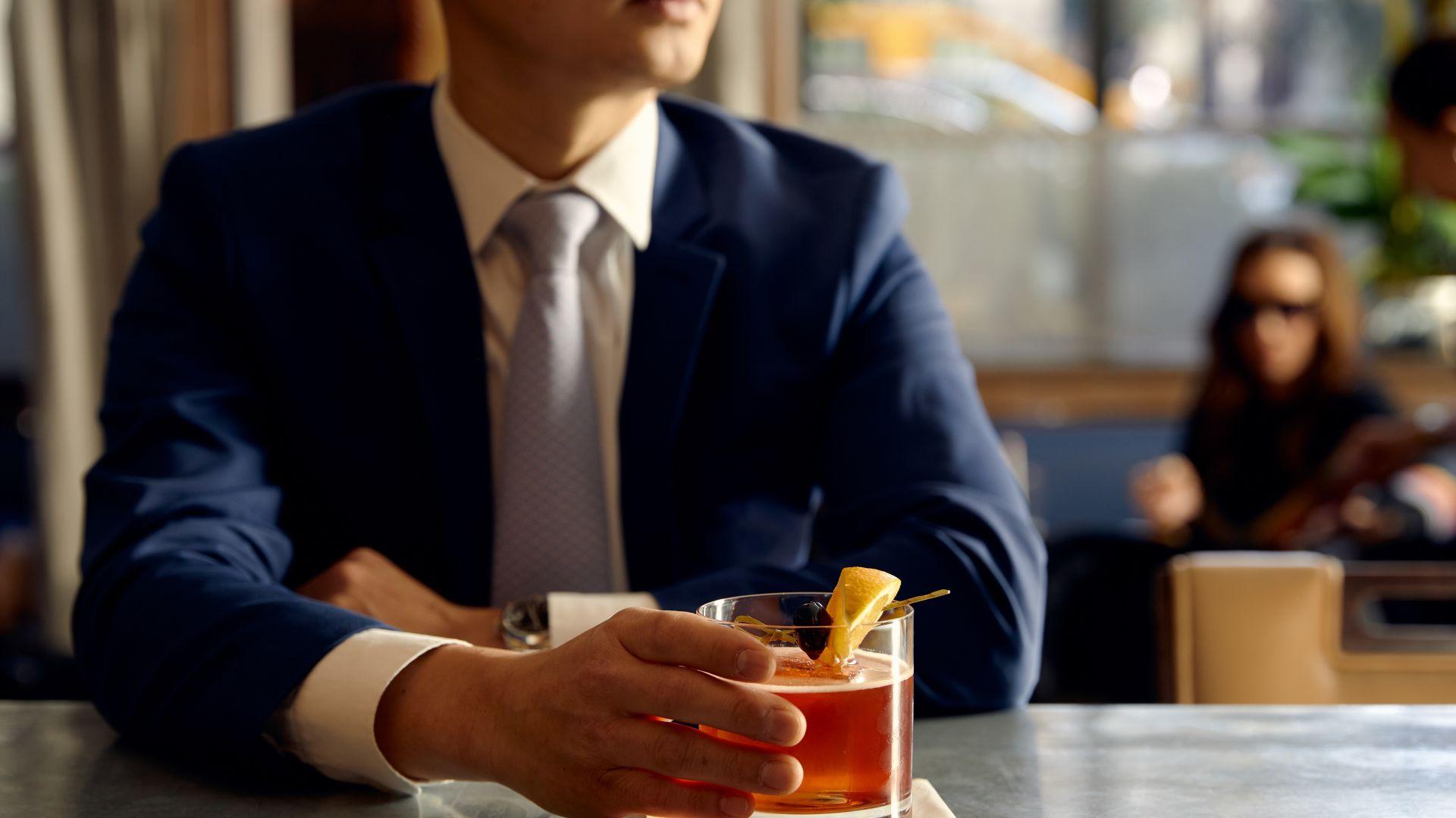 Una persona sentada a una mesa