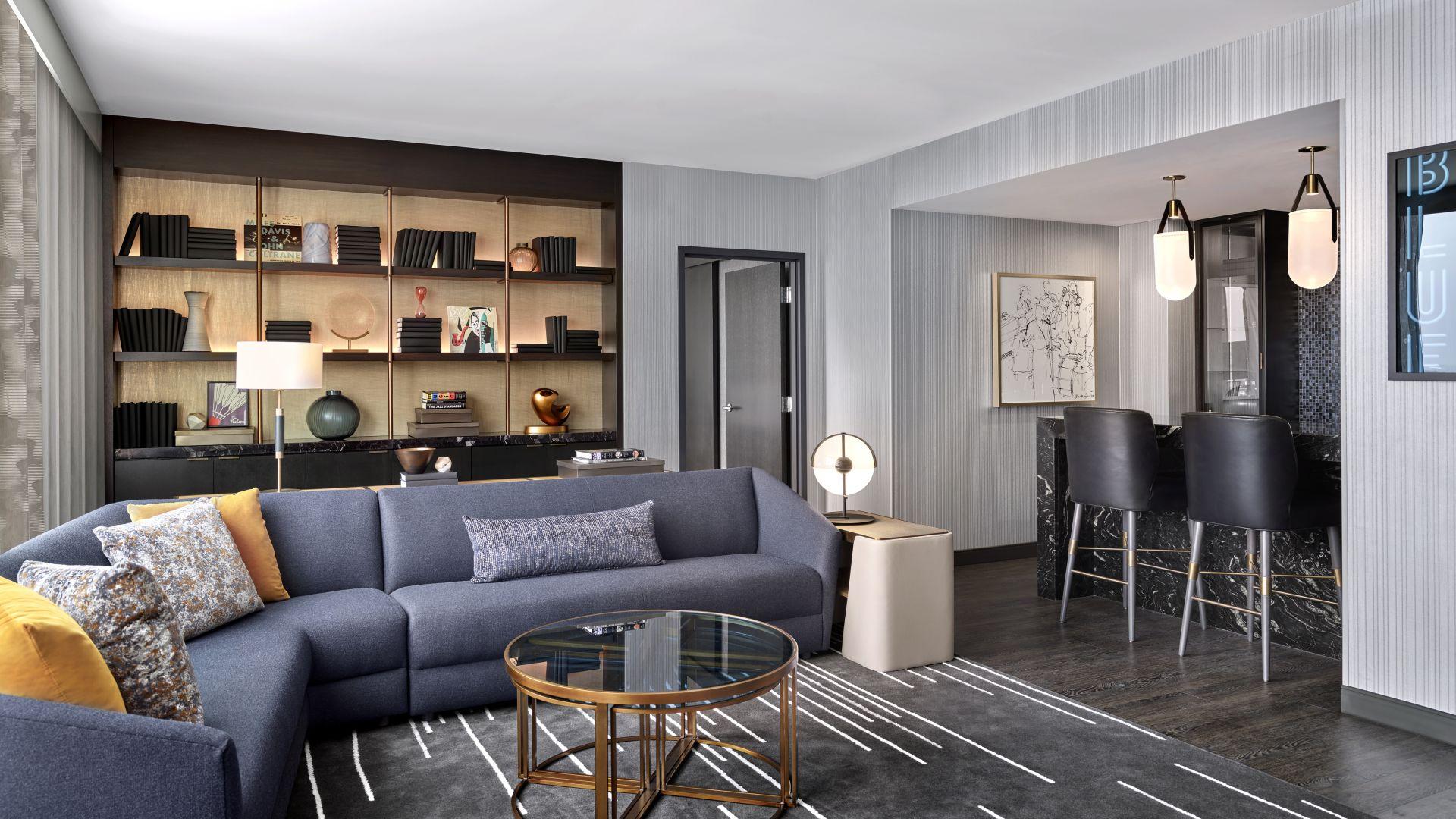 Una sala de estar con muchos muebles y una chimenea