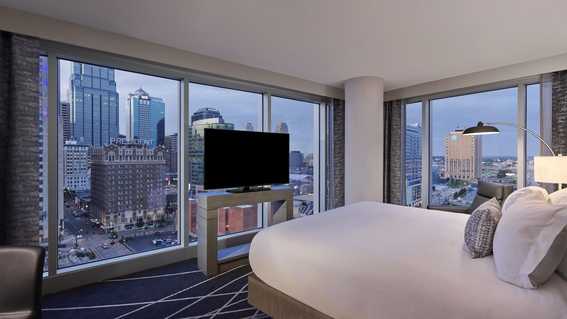 Una habitación con un gran ventanal