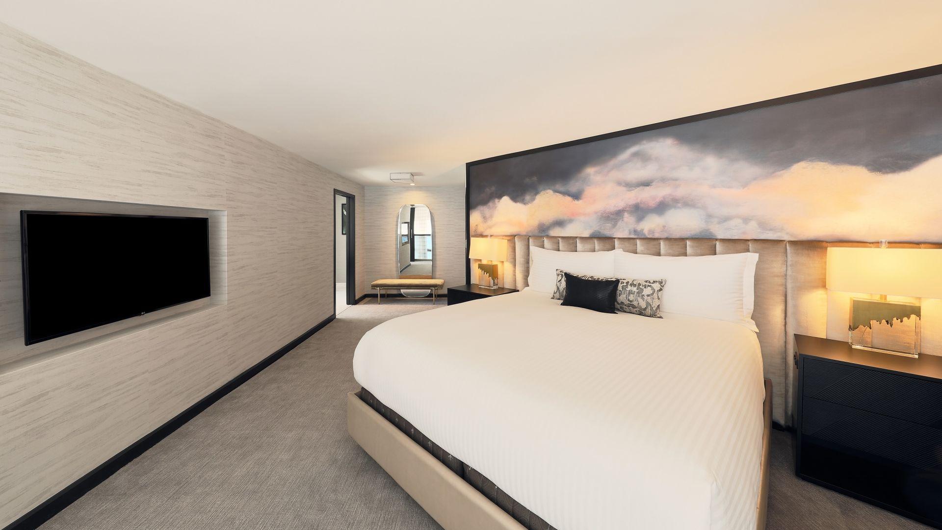 Ein Schlafzimmer mit Bett in einem Hotelzimmer