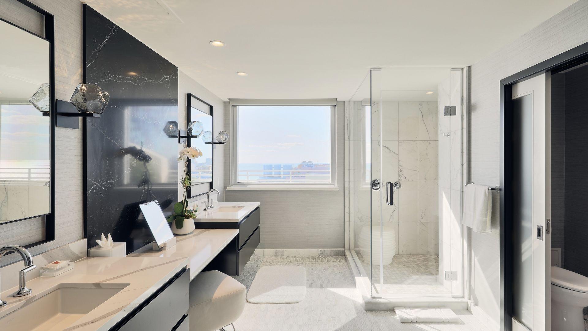 Eine Küche mit Waschbecken und einem Spiegel