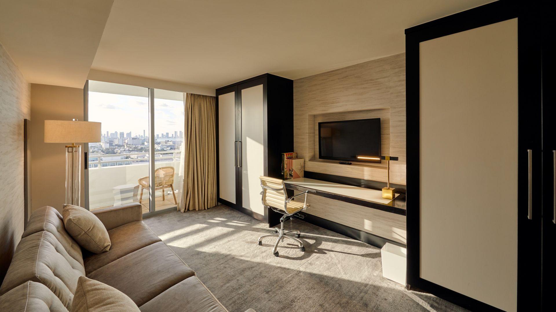 Ansicht eines Wohnzimmers mit Möbeln und einem Flachbildfernseher