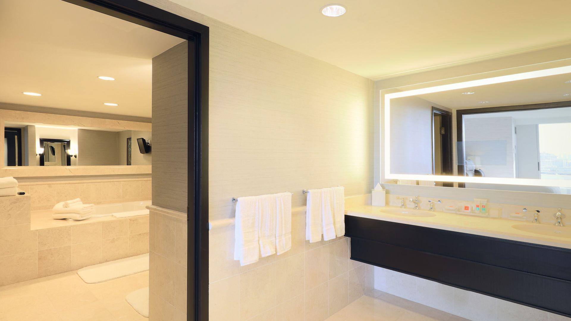 Ein Schlafzimmer mit einem großen Spiegel