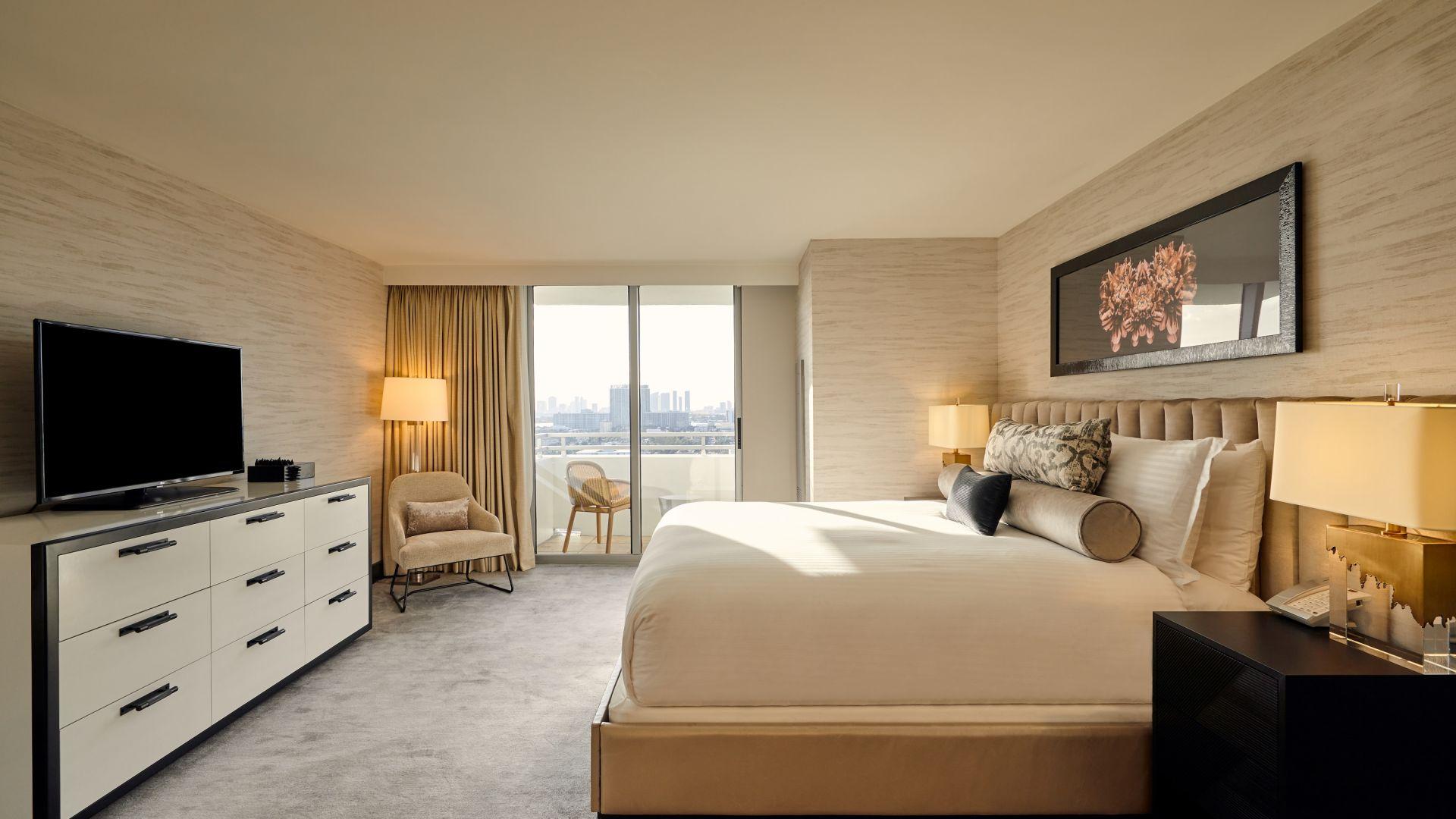 Ein Schlafzimmer mit einem großen Bett in einem Raum