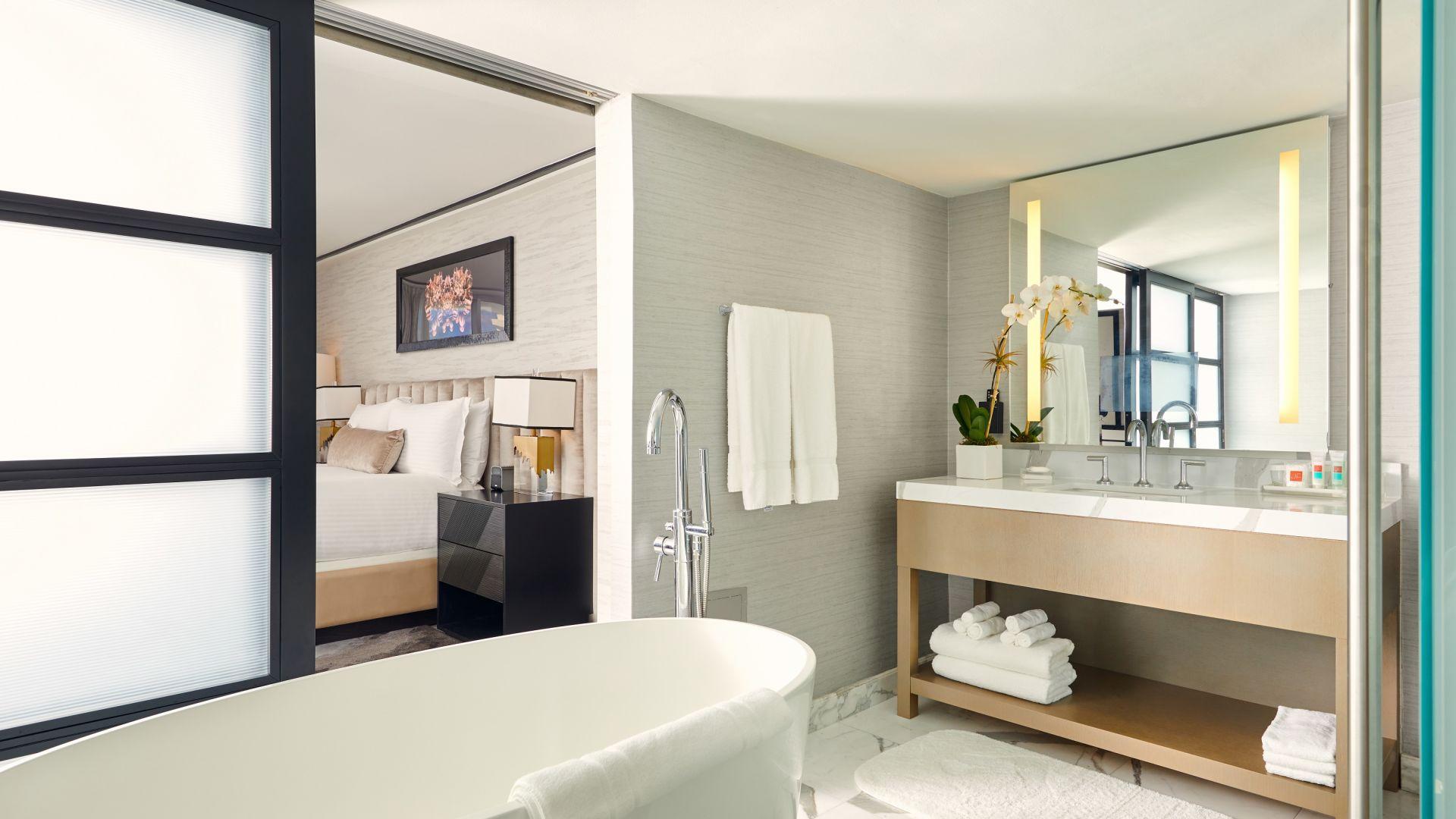 Ein Zimmer mit Waschbecken und Spiegel