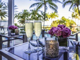 Um vaso de flores em uma mesa
