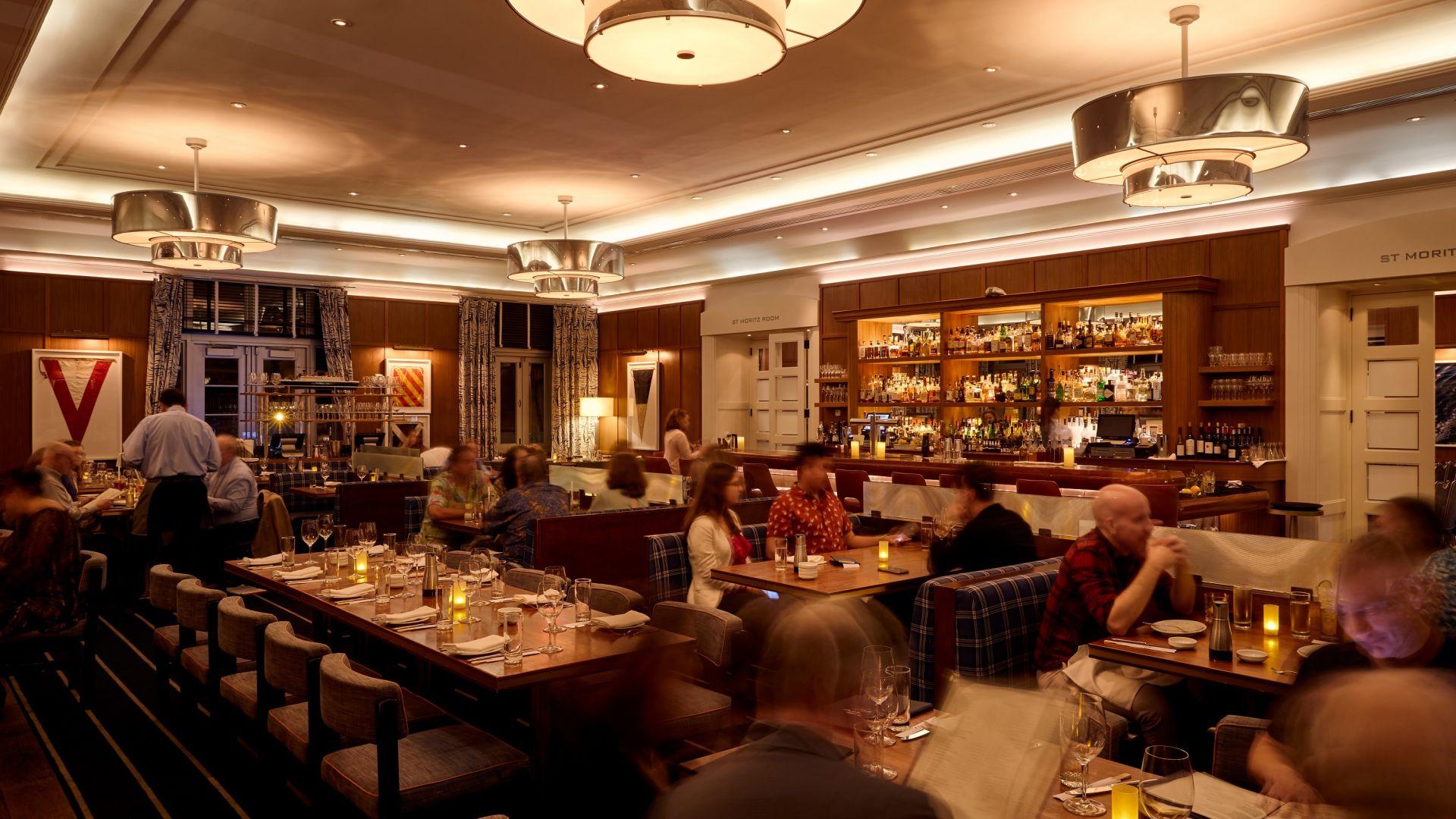 Un grupo de personas sentadas a una mesa en un restaurante