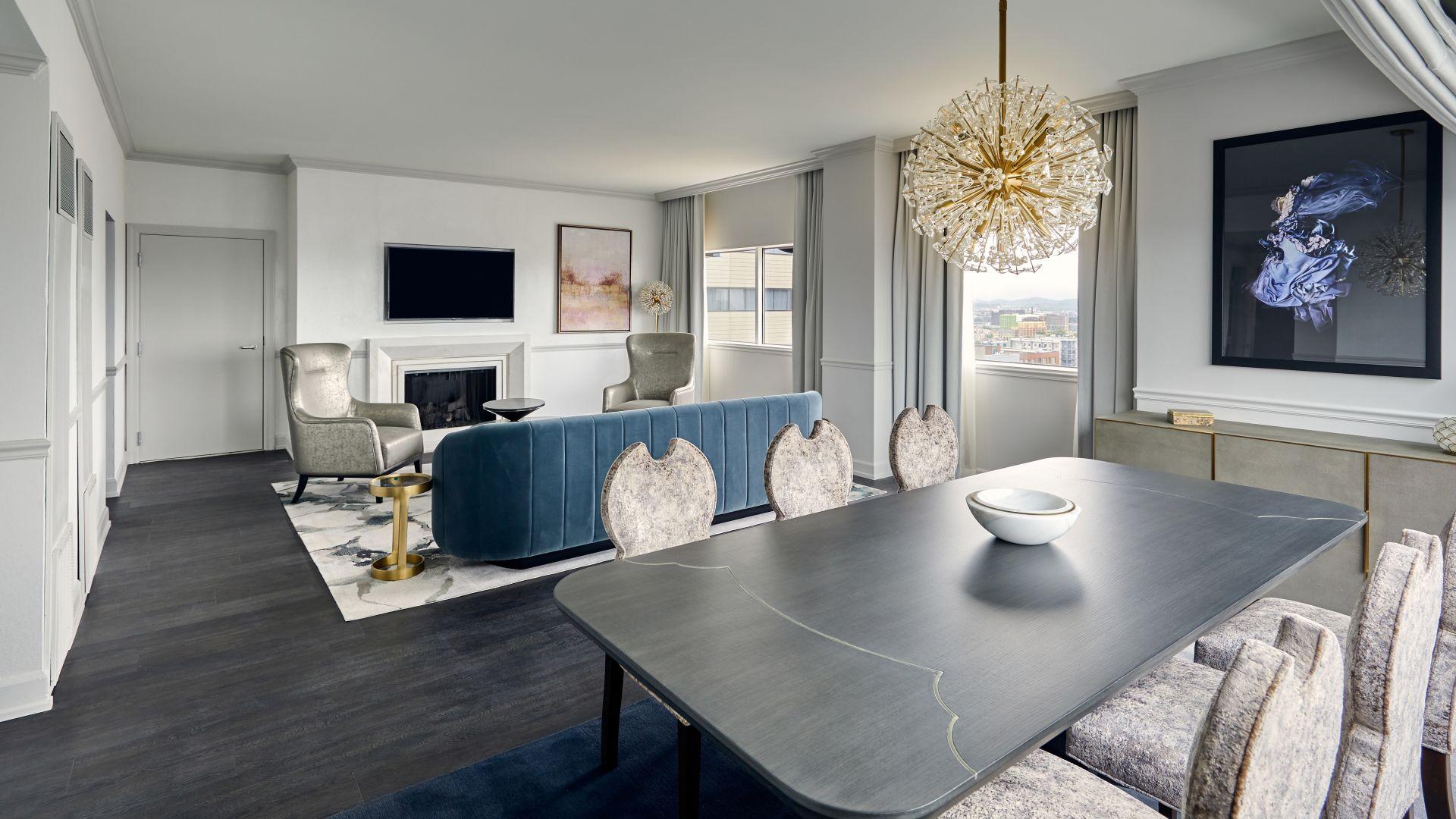 Habitación llena de muebles