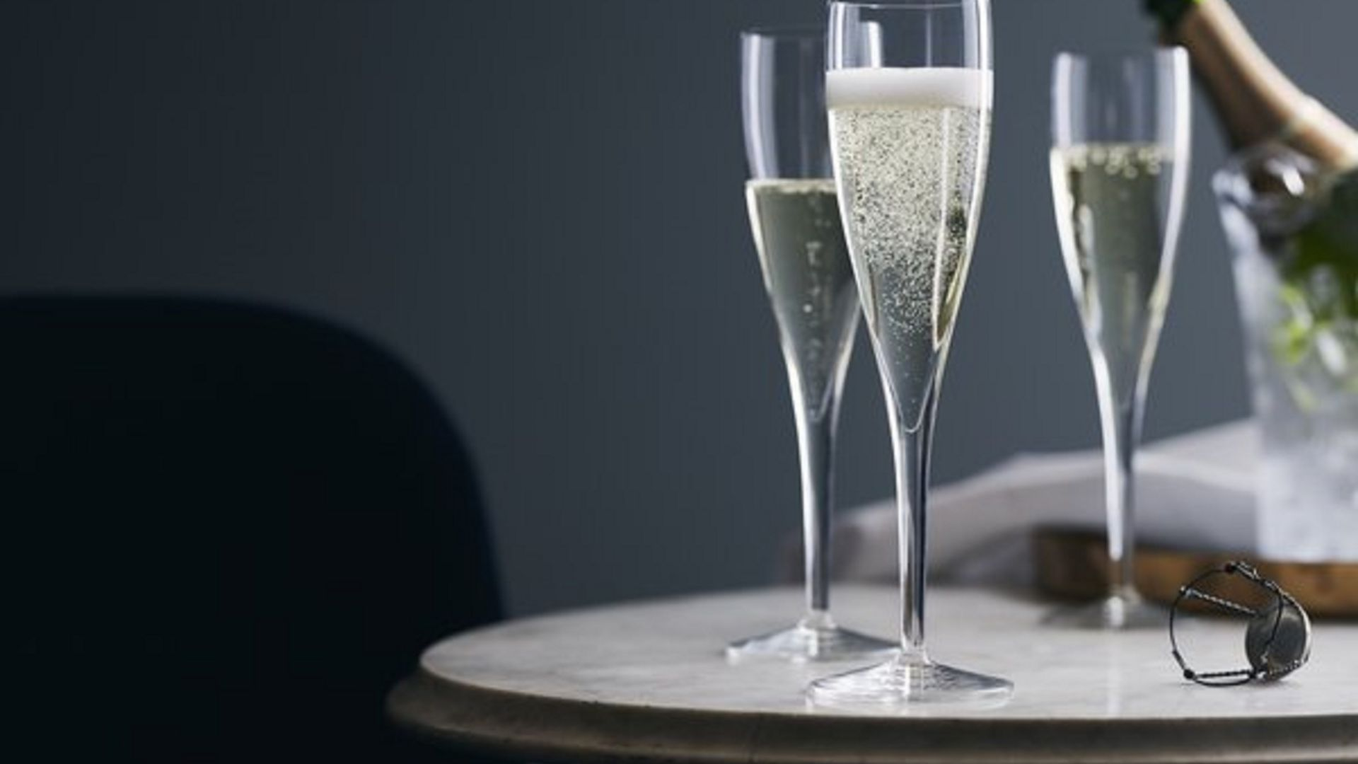 | Enjoy all the delicacies of Valentine's Day together| A bottle of champagne and a sweet surprise | Book Now