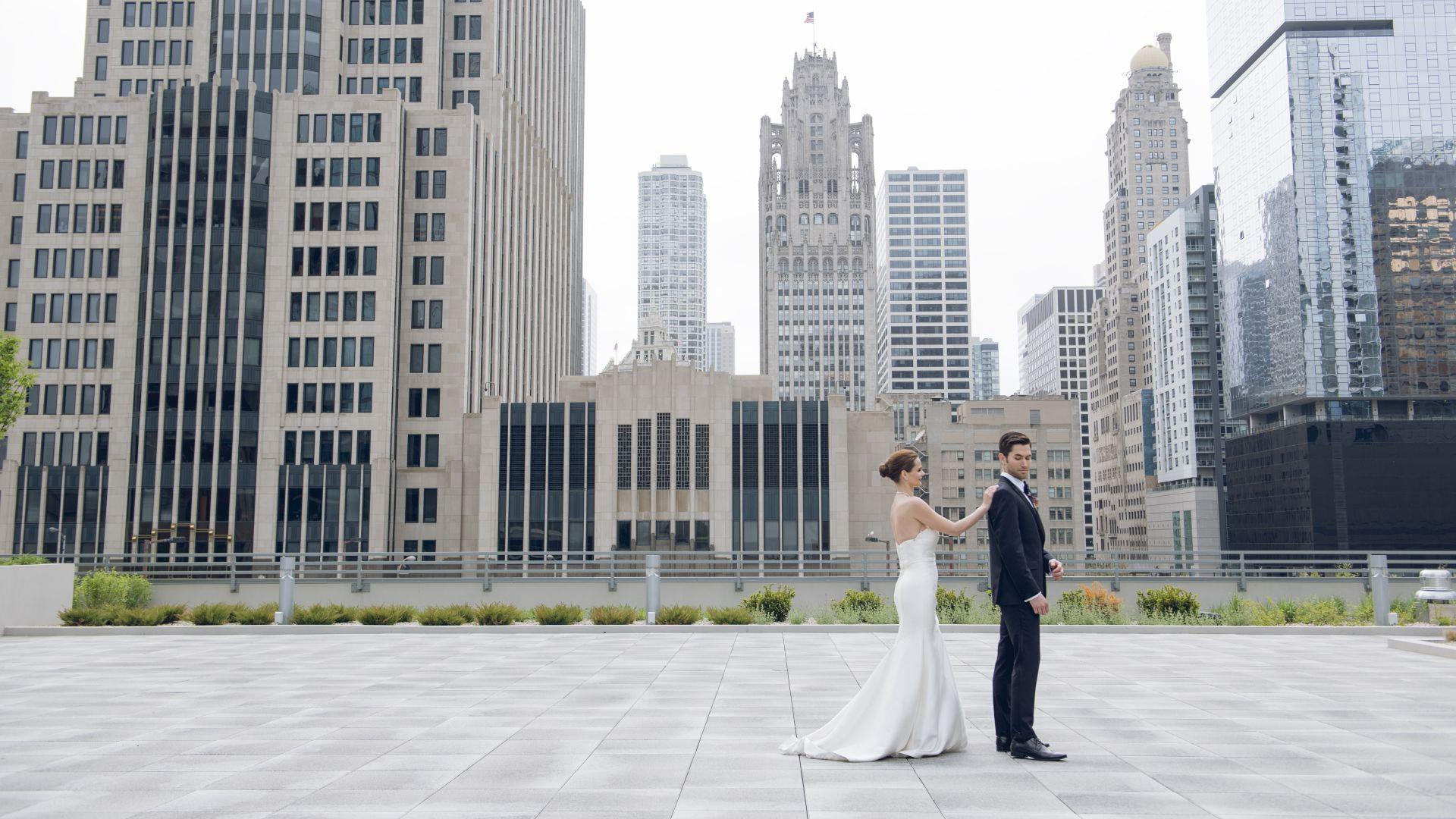 Un hombre parado delante de un edificio