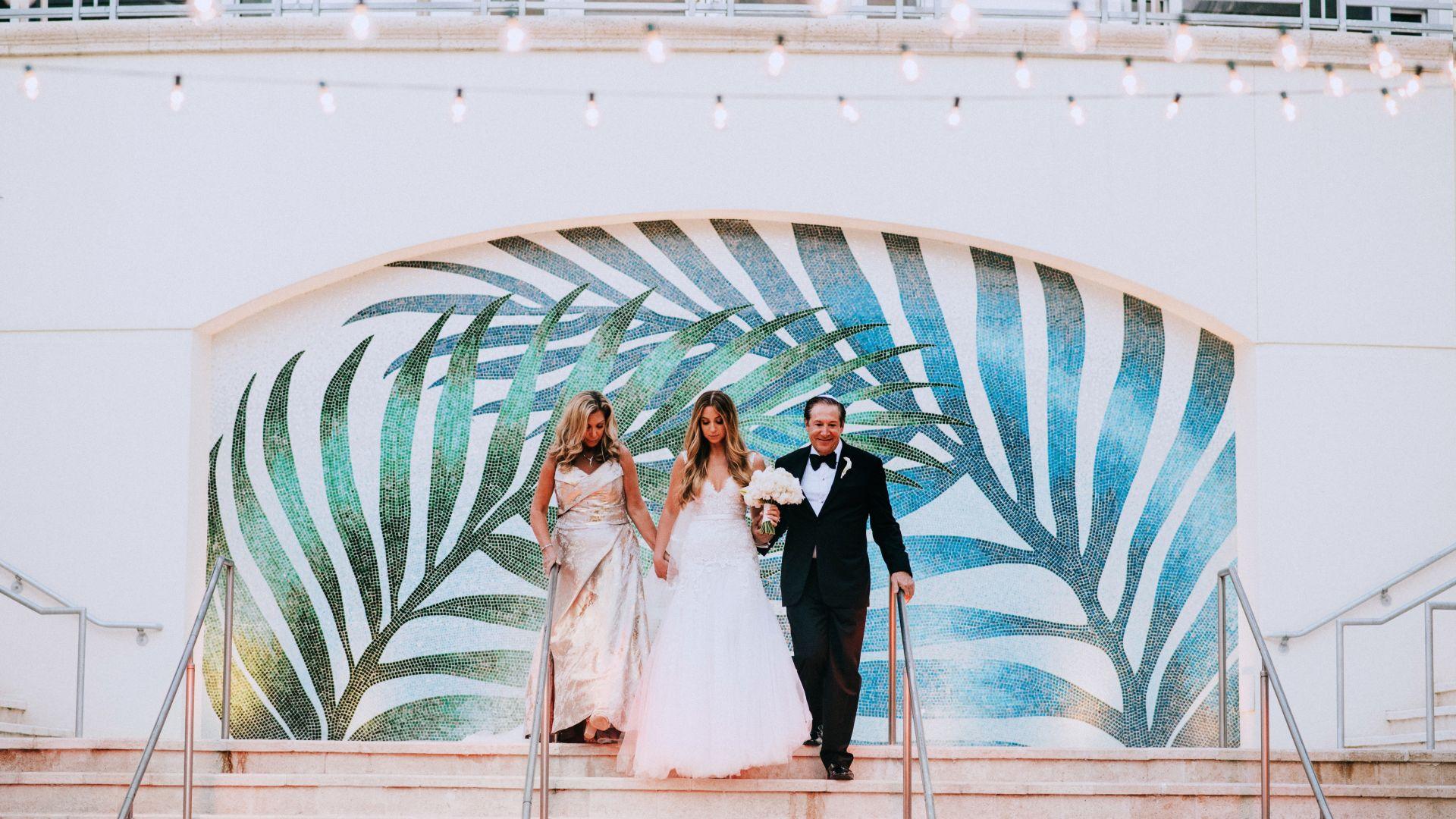 Novia con mamá y papá en Loews Miami Beach Hotel