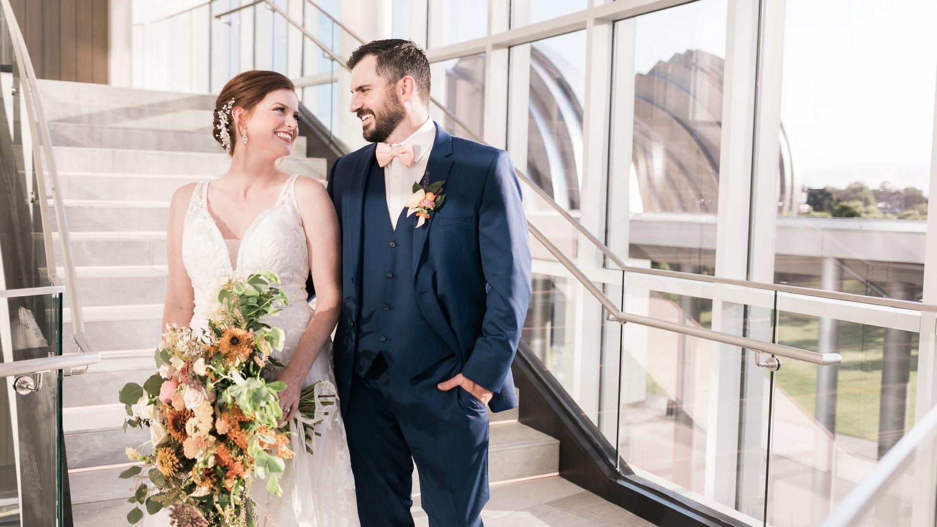 Un hombre y una mujer parados frente a un edificio
