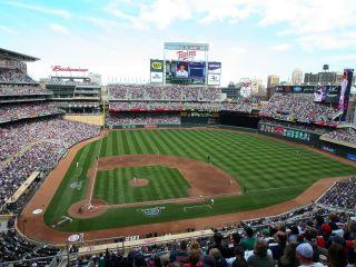 Un estadio lleno de gente con Target Field de fondo