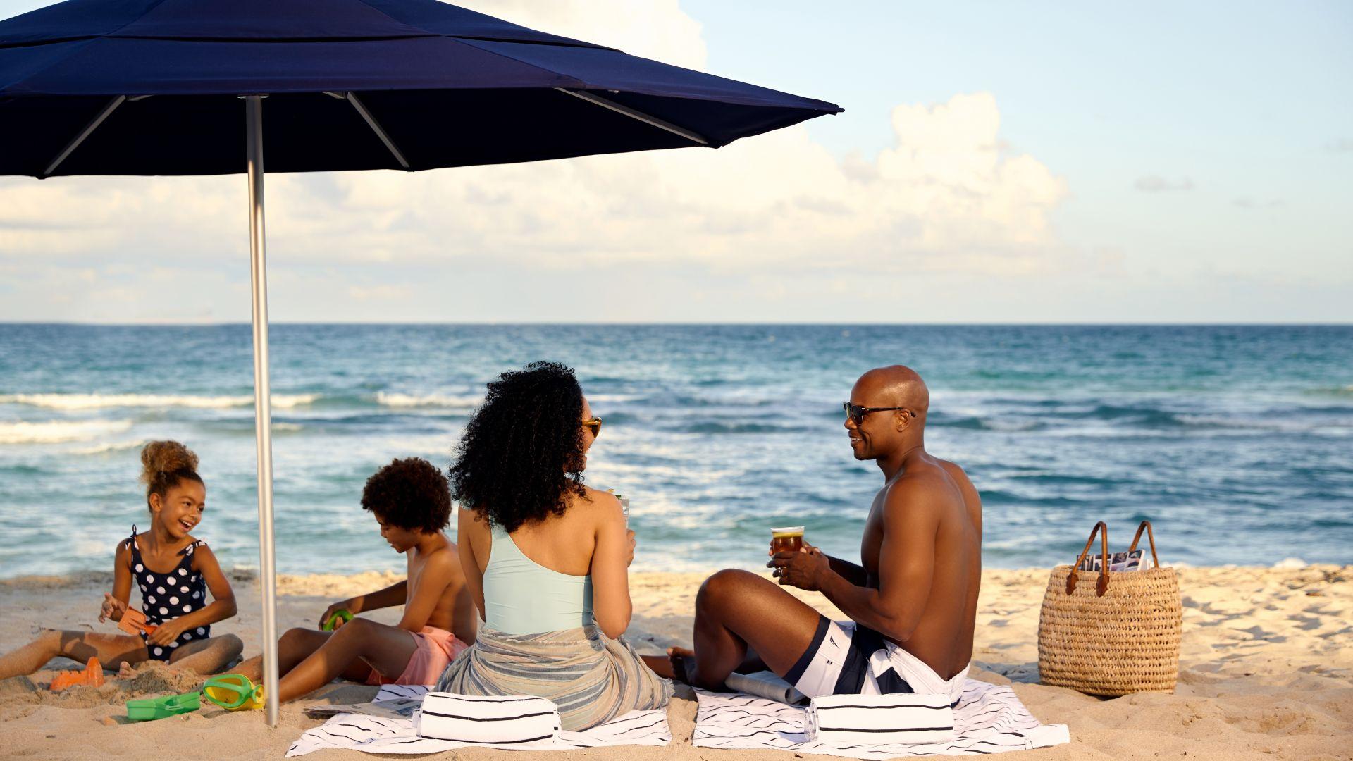 Un grupo de personas sentadas en la playa