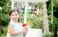 Una niña pequeña que sonríe a la cámara